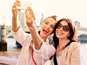 Zwei Frauen machen Selfie